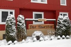 beschneitene-vorseite-der-tourstop